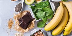 Na stole: banany, czekolada, orzechy, szpinak, awokado