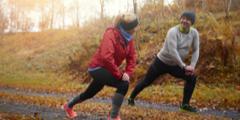 Dojrzałe małżeństwo rozgrzewa się przed jesiennym joggingiem