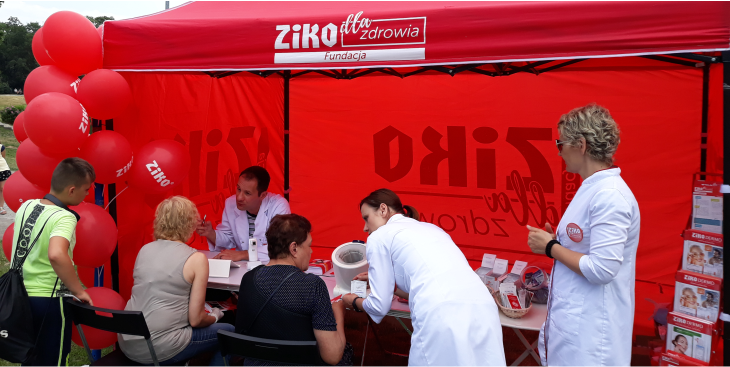 wolontariusze fundacji ziko dla zdrowia przeprowadzają bezpłatne badania w czerwonym namiocie